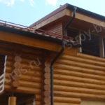 Отделка слухового окна на крыше деревянного дома