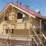 Процесс шпатлевки поверхностей дома