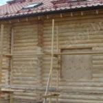 Процесс грунтовки поверхностей дома