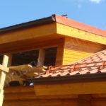 Отделанное слуховое окно на крыше дома