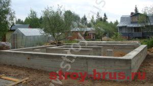 Деревянный дом в начале строительства
