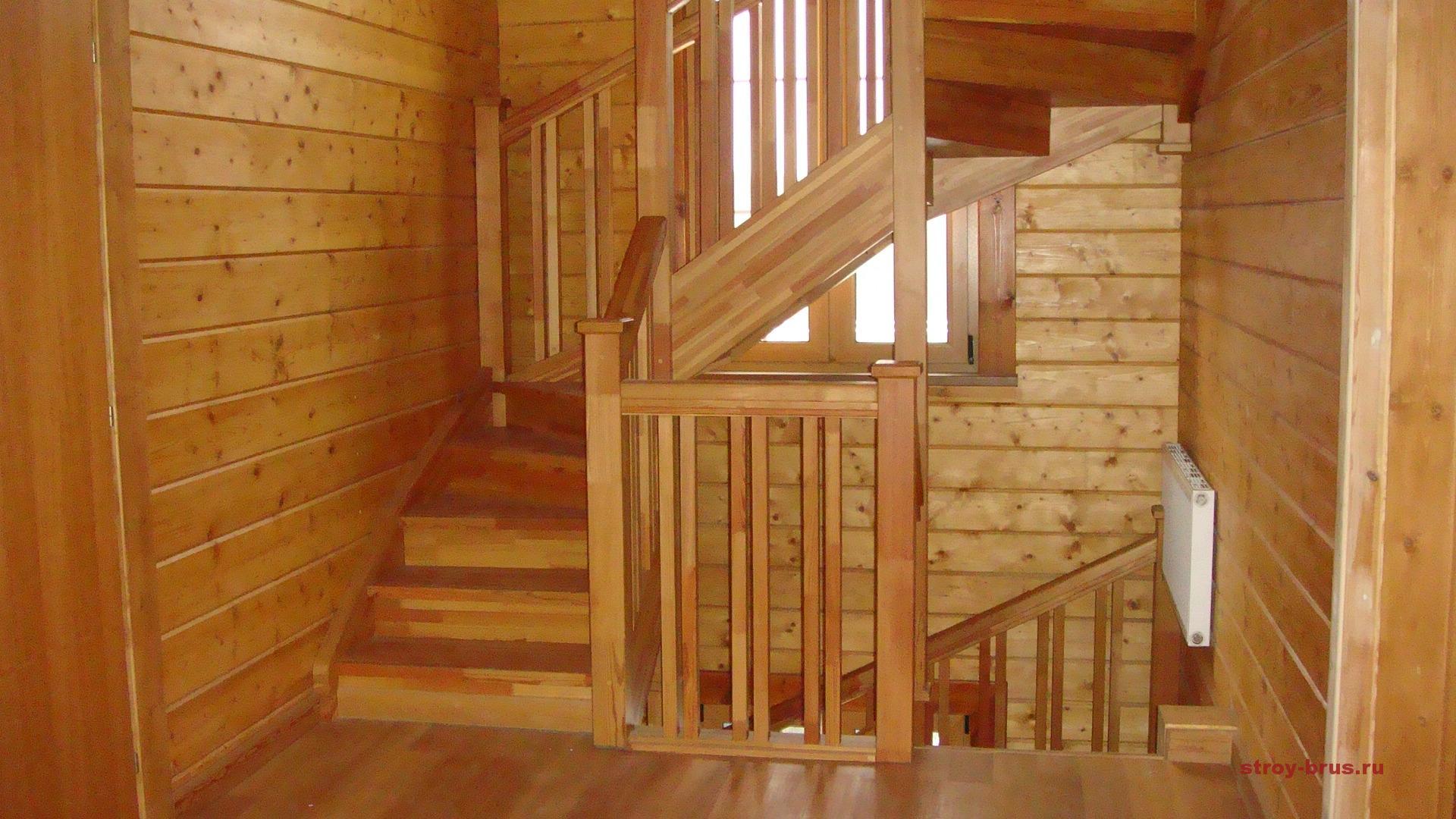 Поворотная лестница в доме из дерева