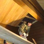 начало отделки деревянного потолка