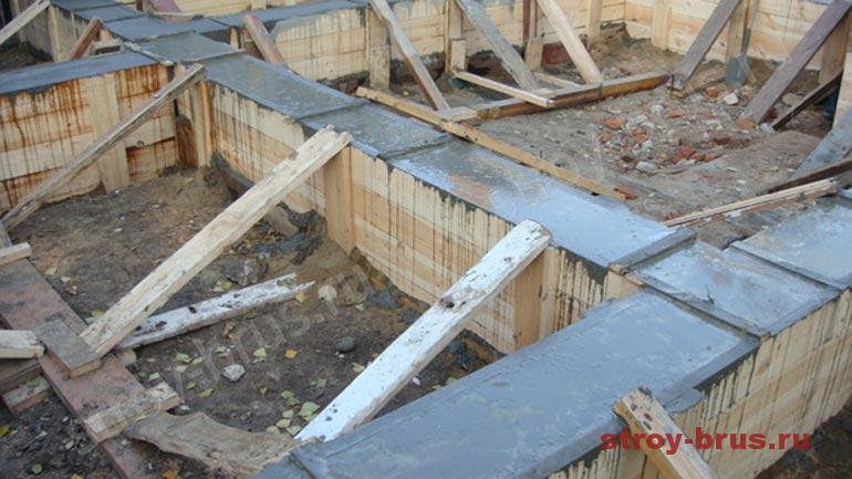 Заливка бутобетонного фундамента при бетонировании