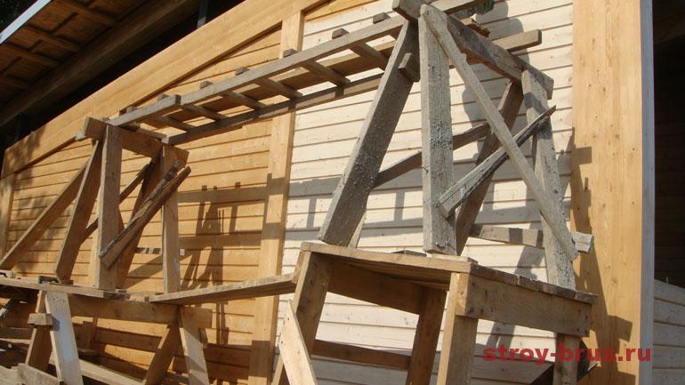 Фото процесса обработки стен дома из клееного бруса