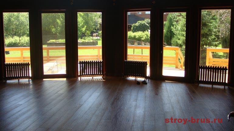 Пример оформления окон в интерьере деревянного дома