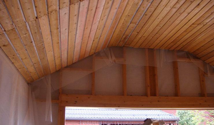 Обрешетка в деревянном гараже под облицовку потолка