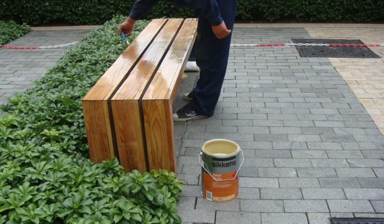 Покраска деревянных скамеек из лиственницы краской SIKKENS
