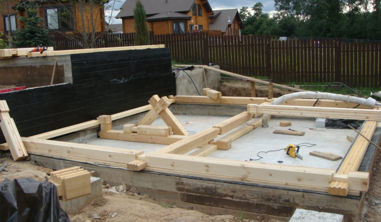 Начальный этап возведения деревянной бани