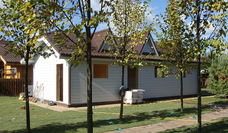 Деревянный каркасный гараж построен и покрашен