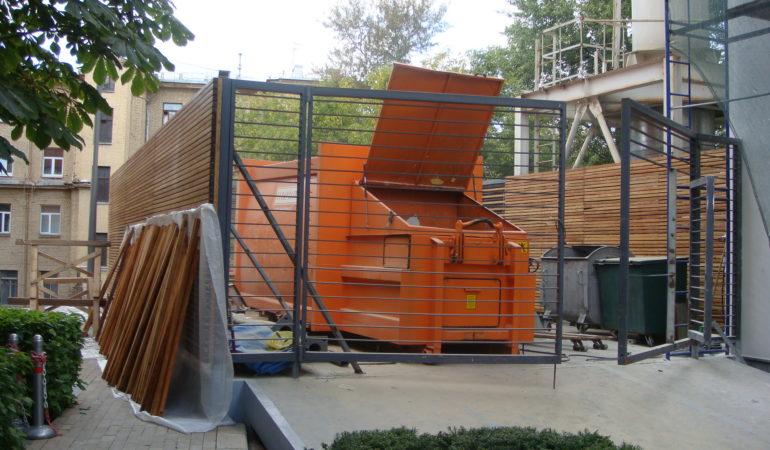 Работы на площадке в начале реконструкции деревянных изделий