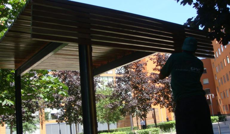 Монтаж деревянных изделий из лиственницы на беседку
