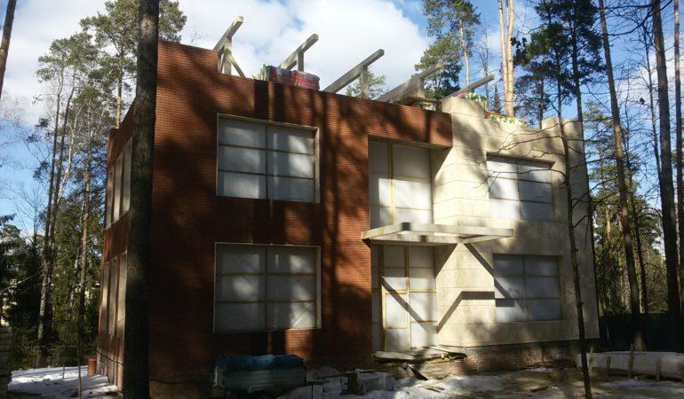 Дом из экологических материалов на промежуточном этапе строительства