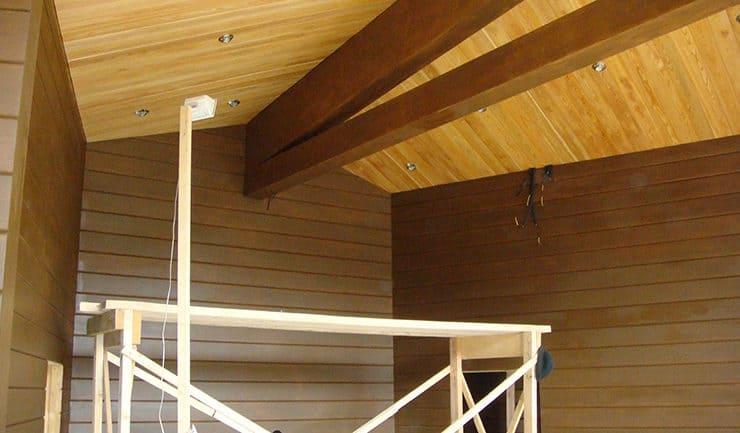 Окончание отделки потолка в зале дома