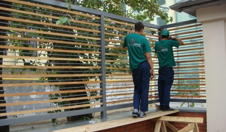 Монтаж деревянных изделий на ограждения после реконструкции