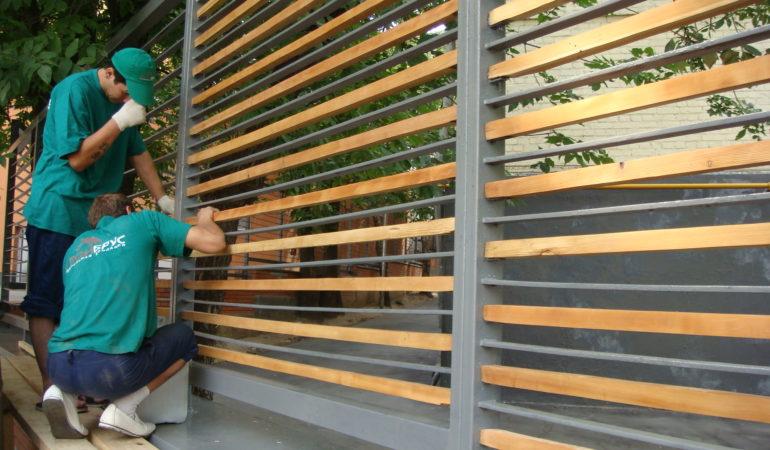 Монтаж деревянного ограждения в завершающем этапе