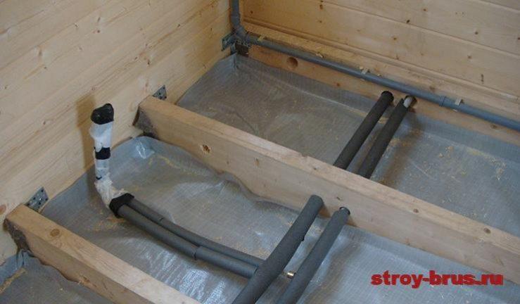 Прокладка труб отопления и водоснабжения в деревянных лагах дома