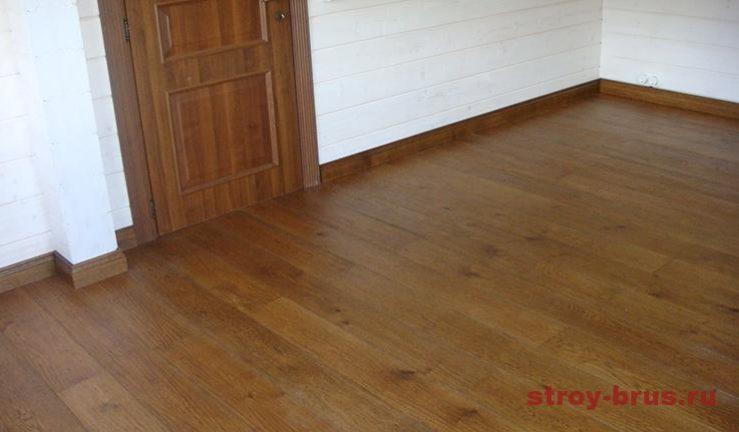 Закончены полы из массивной доски с зарезкой плинтусов в деревянном доме