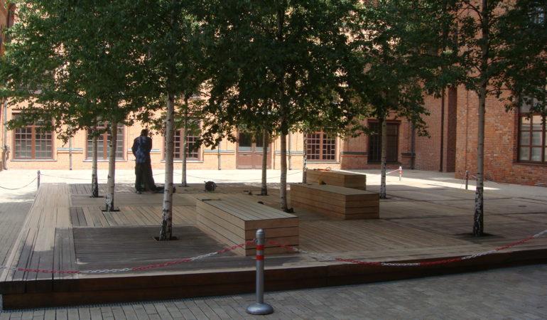 Шлифовка пола из лиственницы на летнем подиуме в БЦ Станиславский