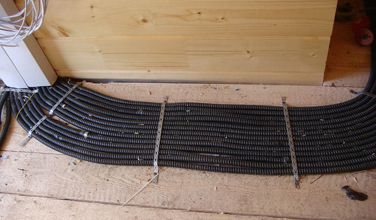 Разводка электрокабелей по полу в деревянном доме