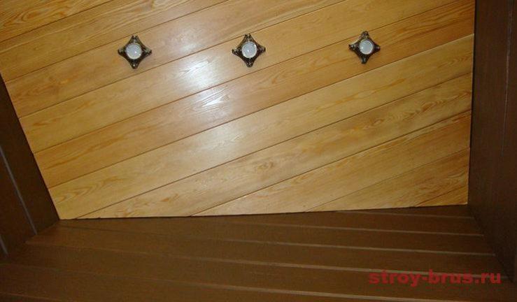 Врезаны светильники в деревянный потолок из лиственницы