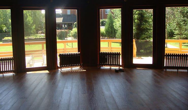 Вид через панорамное окно во двор из зала коттеджа