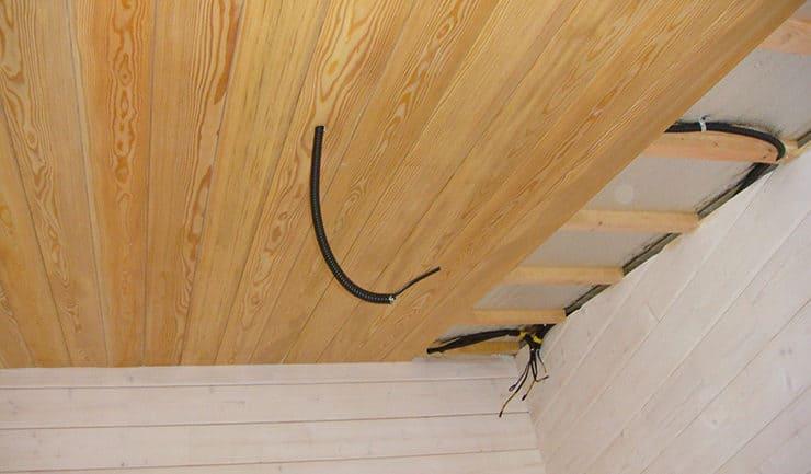 Облицовка потолков из лиственницы с прокладкой электропроводки под освещение