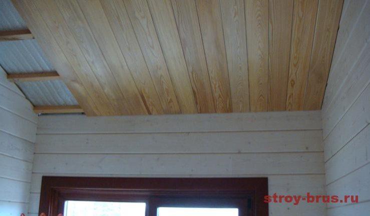 Готовый потолок в доме из вагонки-лиственницы