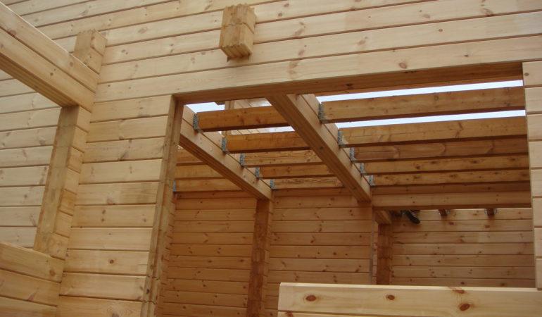 Деревянный дом на активной стадии строительства