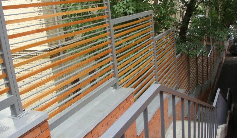 Реконструкция деревянного ограждения из лиственницы окончена