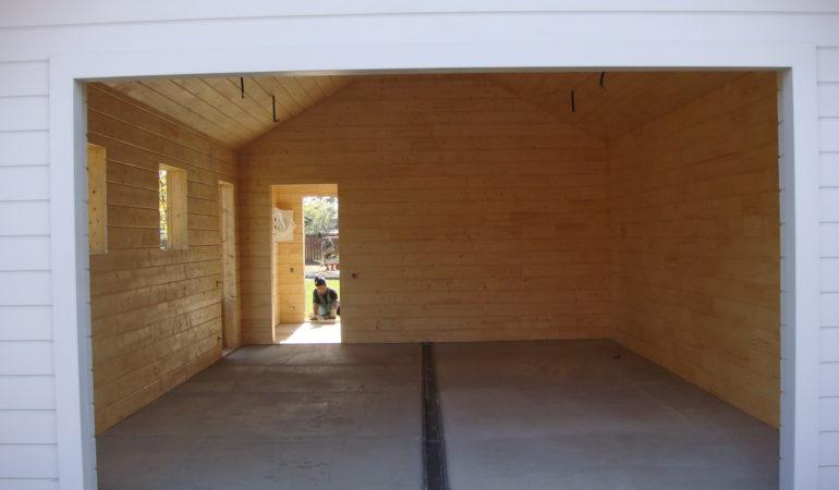 Вид деревянного гаража внутри по окончанию строительства