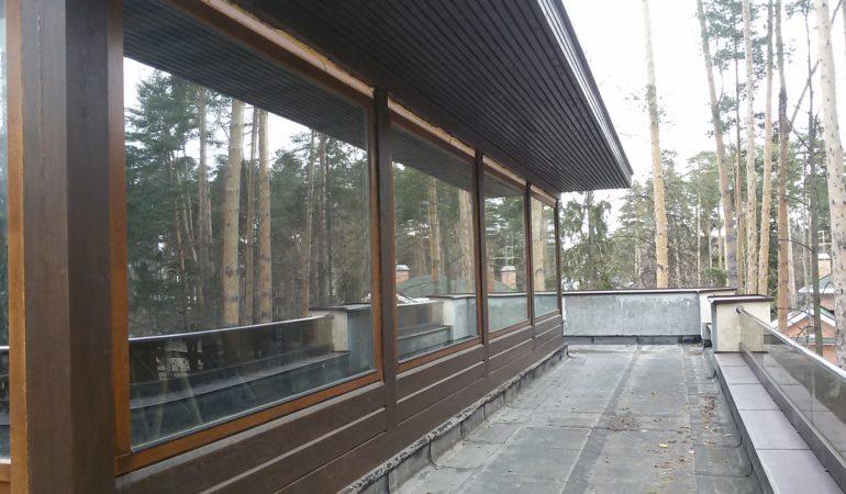 Вид вдоль фасада этажа из кедра