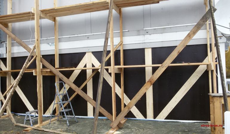 Каркасная стена из клееного бруса облицована снаружи ламинированной фанерой