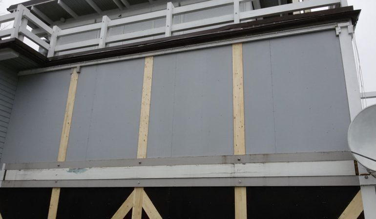 Облицовка ламинированной фанерой снаружи стены из клееного бруса